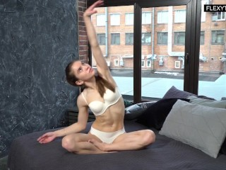 Spreading legs pussy and doing bridges naked